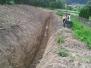 Výkop odvodňovacej jamy na cintoríne